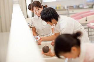 ②リプロⅡの授業風景:赤ちゃんをお風呂に入れる練習です